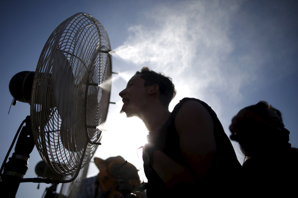People cool off in misters at the Coachella Valley Music and Arts Festival in Indio, California April 12, 2015. REUTERS/Lucy Nicholson - RTR4X1VU